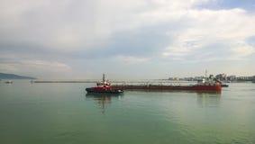 一条服务小船在港口港口 Tsemesskaya海湾 Indu 免版税库存照片
