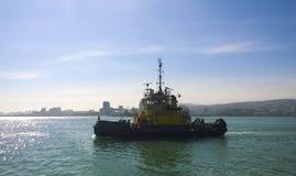 一条服务小船在港口港口 Tsemesskaya海湾 Indu 库存照片