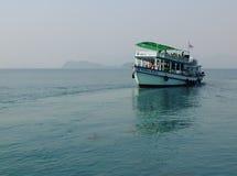 一条木在海的小船运载的游人酸值的荣,柬埔寨 库存图片