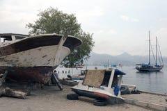 一条木小船和小船在一个造船厂在博德鲁姆,土耳其 库存图片