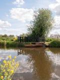 一条木小船在一条河停泊了并且停放了在乡下  图库摄影