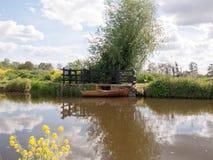 一条木小船在一条河停泊了并且停放了在乡下  免版税库存图片