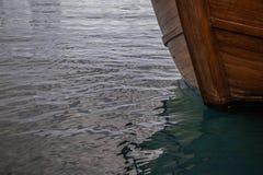 一条木小船的弓在水的 免版税库存照片