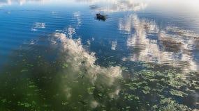 一条木小船的鸟瞰图在湖 库存图片