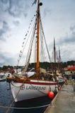 一条木小船称Langesund被停泊在港口 库存照片