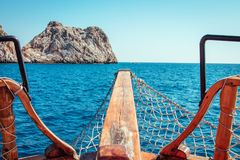 一条木游艇的弓在海的 免版税库存图片