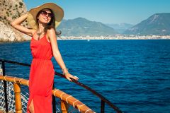 一条木游艇的时髦的妇女 免版税图库摄影