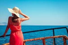 一条木游艇的时髦的妇女 免版税库存图片