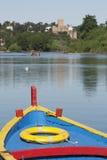 一条木老小船的五颜六色的弓 免版税图库摄影