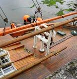 一条木风船的甲板有在爱尔兰港口巩固的景气的 免版税库存照片
