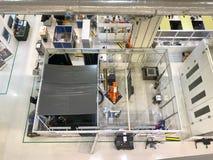 一条机器人胳膊在顶视图的屋子里在先进的重新生产和技术,新加坡 免版税库存图片