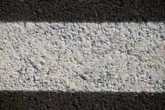 一条柏油路的抽象纹理有白色油漆的 库存图片