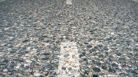 一条柏油路的特写镜头纹理有标号的 在柏油路关闭的空白线路 软绵绵地集中 柏油路与 影视素材