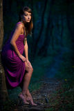 一条森林道路的害怕美丽的夫人在黄昏 免版税库存照片