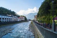 一条河在山村 免版税库存图片