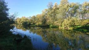 一条河的河岸在晴朗的秋天早晨 免版税库存图片