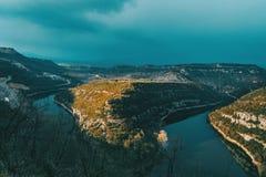 一条河的河曲的风景日落的在一多云天 图库摄影