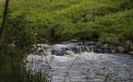一条河的看法在乡下在围拢在高地的Thurso 图库摄影
