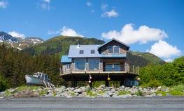 一条海滨别墅和老木小船在seward 库存图片