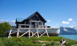 一条海滨别墅和老木小船在seward 免版税图库摄影