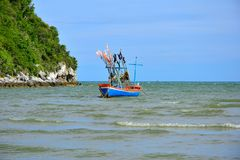 一条渔夫小船在有晴朗的海在泰国 免版税库存图片
