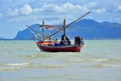 一条渔夫小船在有晴朗的海在泰国 库存图片