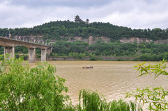 一条渔小船在泥泞的河 免版税库存照片