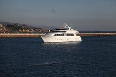 一条游艇在新港海滨 库存图片