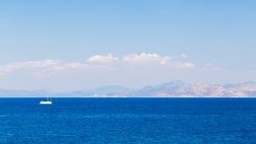 一条游艇在海 免版税库存照片
