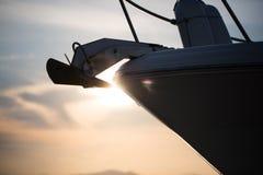 一条游艇的剪影在加尔达湖,日落岸的  免版税图库摄影
