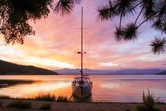 一条游艇的剪影有一架被降下的梯子的在贝加尔湖在黎明 免版税图库摄影