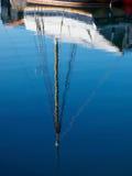 一条游艇的反射在水中 免版税库存照片