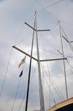 一条游艇的帆柱在多云天空背景的  库存照片