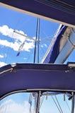 一条游艇的帆柱在蓝天和云彩背景的  库存图片