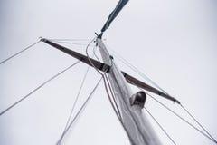 一条游艇的帆柱没有风帆的 库存照片