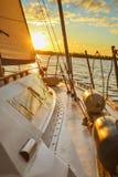 一条游艇的白色甲板在日落期间的 免版税图库摄影