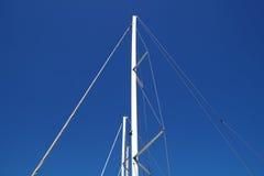 一条游艇,索具,风帆,帆柱,船锚,结的船舶零件有绳子的 免版税图库摄影