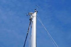 一条游艇,索具,风帆,帆柱,船锚,结的船舶零件有绳子的 库存照片