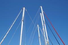 一条游艇,索具,风帆,帆柱,船锚,结的船舶零件有绳子的 库存图片