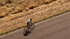 一条漫长的路和汽车有骑自行车者的 股票录像