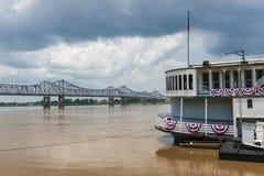 一条火轮小船和桥梁的细节在密西西比河在市Natchez附近,密西西比,美国; 库存照片