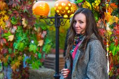 一条灰色外套和色的围巾的一名妇女在秋天在莫斯科 图库摄影