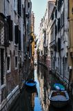 一条狭窄的威尼斯式运河 免版税库存照片