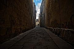 一条狭窄的巷道在姆迪纳,马耳他 免版税库存图片