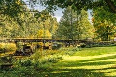 一条狭窄的河的美好的秋天视图有过桥的 免版税图库摄影