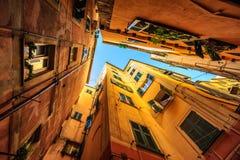 一条狭窄的街道的传统房子在热那亚,意大利 免版税库存图片