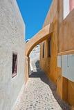 一条狭窄的街道的曲拱在Oia,圣托里尼 免版税库存照片