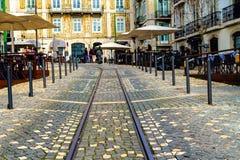 一条狭窄的街道的看法在里斯本,葡萄牙的历史中心 图库摄影