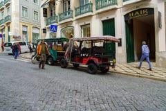 一条狭窄的街道的看法在里斯本,葡萄牙的历史中心 库存照片