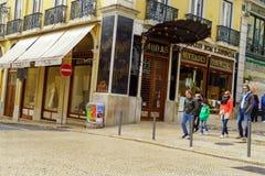一条狭窄的街道的看法在里斯本,葡萄牙的历史中心 免版税库存图片